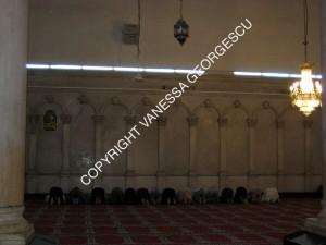 Hommes priant dans leur division de la grande mosquée des Omeyyades à Damascus en Syrie