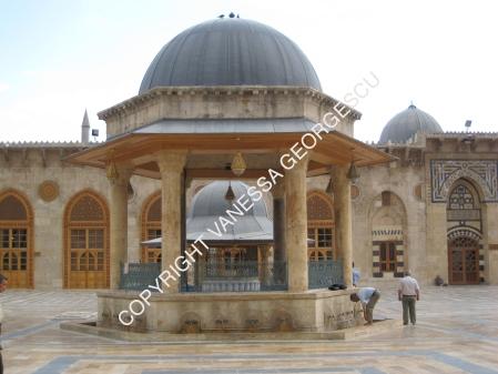 Homme qui fait ses ablutions avant la prière. Mosquée des Umayyades à Aleppo, Syrie