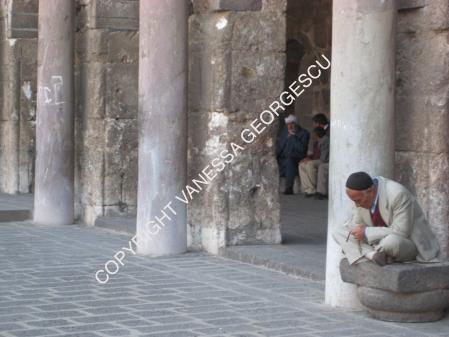 Homme turc prient dans la mosquée de Diyarbakir, Turquie