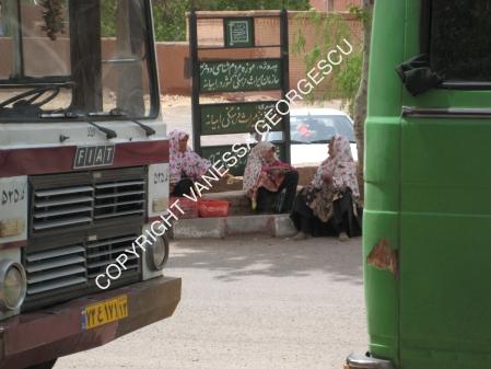 En attendant l'autobus à Abyaneh en Iran