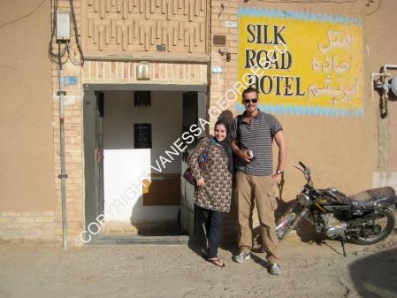 Dick et moi devant notre auberge à Yazd, Iran
