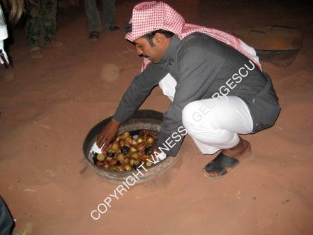 Notre hote Suleymann qui sort le repas du sol, Jordanie